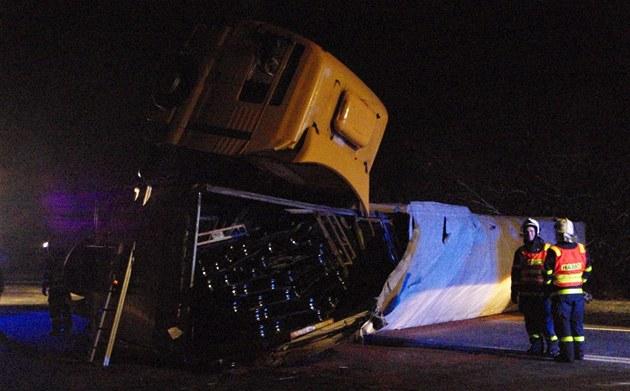 Při nehodě osobního auta a kamionu zemřeli dva dospělí a dvě děti