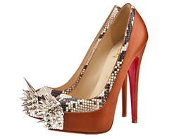 Boty jako zbraň. Slavný obuvník Christian Louboutin navrhl ultra vysoké  lodičky. 615af80e03