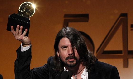 Grammy 2012 - Dave Grohl z Foo Fighters s jednou z cen (Los Angeles, 12. února