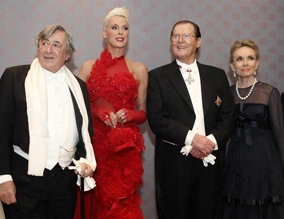 Hosty podnikatele Lugnera byli herečka Nielsenová a herec Moore. 81ea3ad45e