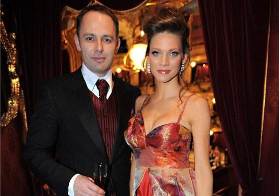 Andrea Verešová s manželem Danielem Volopichem na Plese v Opeře 2010 sice  barevně ladili a033d39be7
