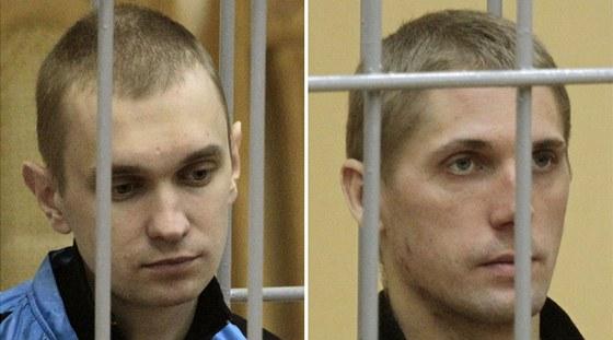 Dzmitryj Kanavalav a Uladzislav Kavaljov (vpravo) během soudního přelíčení v