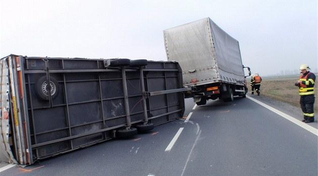 Na Česko se žene vichr. Držte pevně volant, pozor na mostech a u kamionů