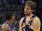 Metta World Peace (vlevo) a Pau Gasol z LA Lakers v diskusi.