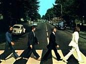 Klasická fotografie Beatles na přechodu Abbey Road, která je na obalu...