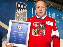 OCENÌNİ. Bıvalı èeskı hokejista Milan Novı pózuje s plaketkou poté, co byl