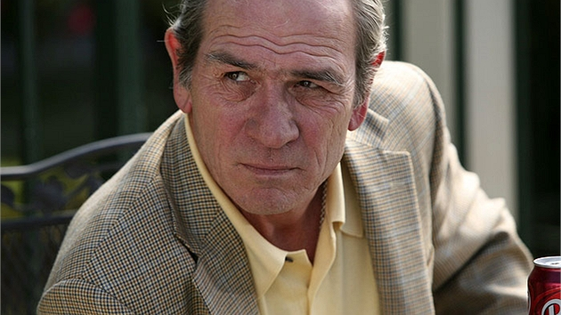 Tommy Lee Jones ve filmu V elektrizující mlze