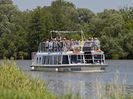 Výletní loď se po Baťově kanálu blíží ke Spytihněvi, kde stojí nové přístaviště.