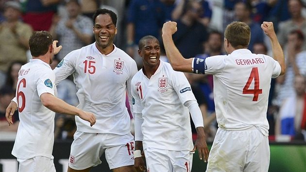RADOST ANGLIČANŮ. James Milner (zleva), Joleon Lescott, Ashley Young a Steven...