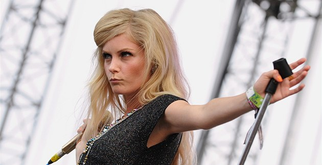 Mette Lindberg z kapely The Asteroids Galaxy Tour na Rock for People 2012