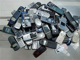 Staré, vysloužilé mobilní telefony.