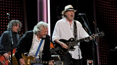 Neil Young & Crazy Horse (zleva Billy Talbot, Frank Poncho Sampedro, Neil