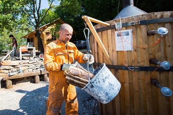 Josef Jiroušek přesně odvažuje dávky dřeva a hlídá termíny přikládání.