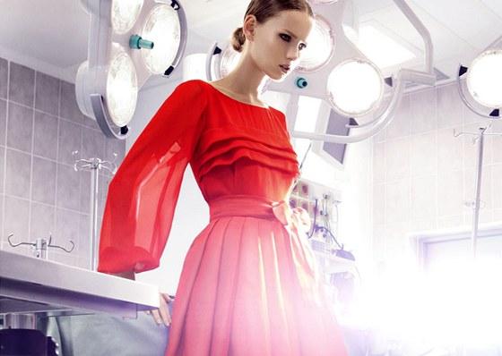 Červené šaty - módní záležitost letošního podzimu i pilíř dámského šatníku 521414f5f1