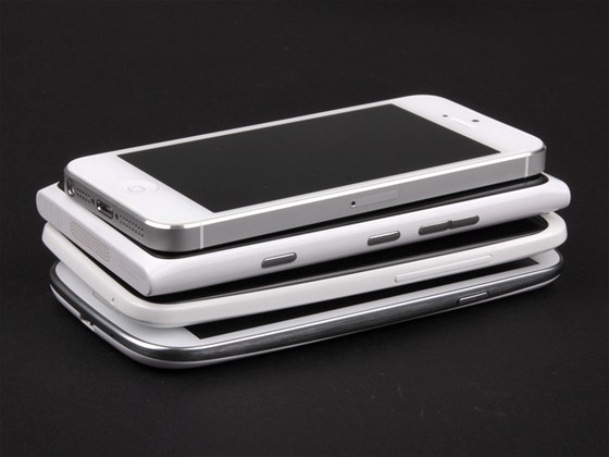 Současné top smartphony: Apple iPhone 5,HTC One X, Nokia Lumia 900 a Samsung Galaxy S III.