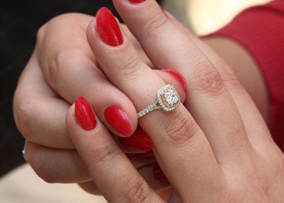 Sex a město černý diamantový zásnubní prsten