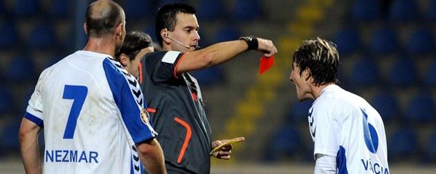 Fotbalový rozhodčí Tomáš Adámek dává červenou kartu libereckému ... 8e7a8678f2