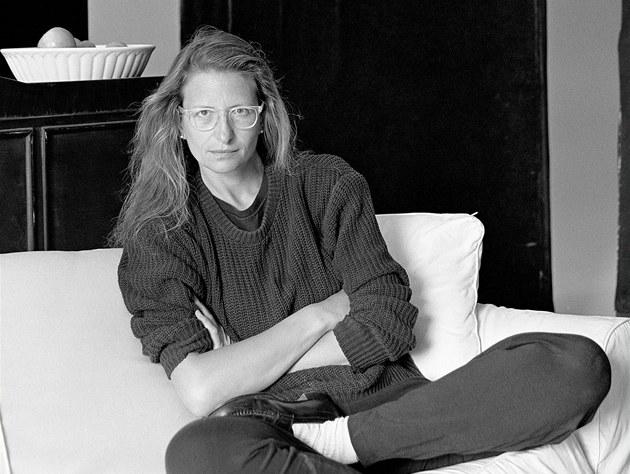 Při práci odkrývá zákulisí ikonických fotografií Annie Leibovitzové