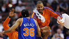 Rasheed Wallace a Tyson Chandler slaví body New Yorku proti Philadelphii.