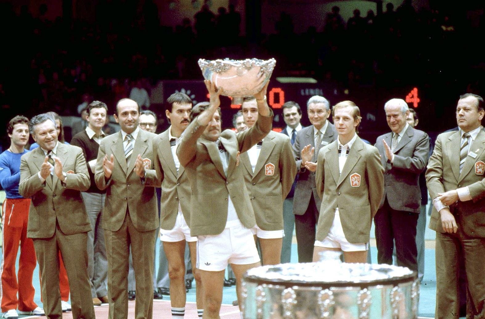 Fotogalerie Jan KodeÅ¡ drž nad hlavou slavn½ Davisův pohár za