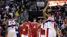 Martell Webster a Nené z Washingtonu Wizards slaví výhru nad Miami Heat.