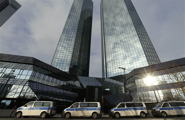 EU nejde proti bankám a nešetří největší daňovou loupež, zuří europoslanci