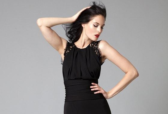 Černé večerní šaty zdobené krajkou ze zimní kolekce Tatiany Kovaříkové dc4b979711