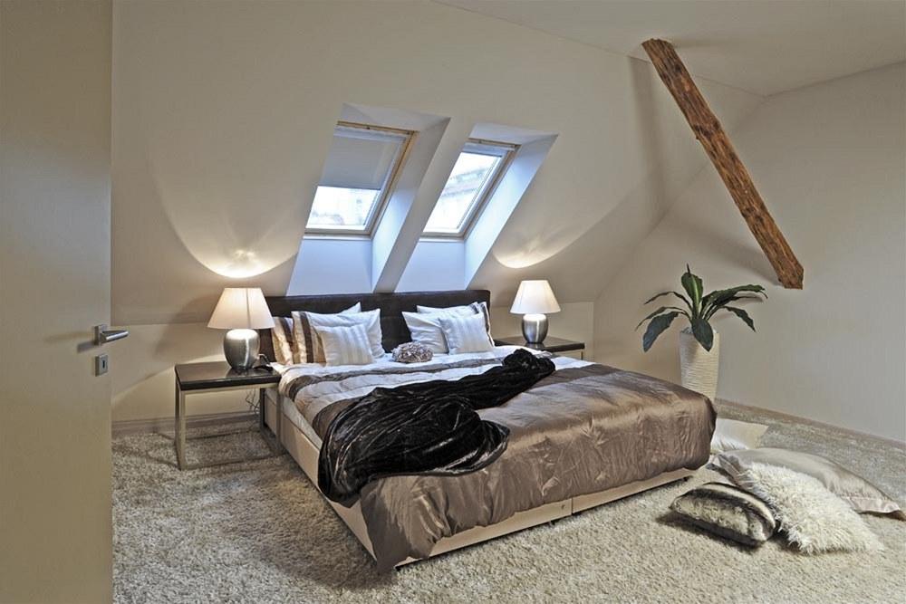 b8dc2f239260 Atypická postel k pohodlnému spaní pro dvě osoby má rozměry 200 x 210 cm.  Čelo