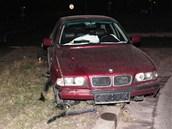 Poškozené BMW nechal šofér stát na trávě a