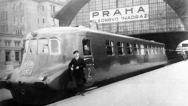 Skvostná Slovenská strela před Wilsonovým nádražím v Praze (dnes Hlavní nádraží).