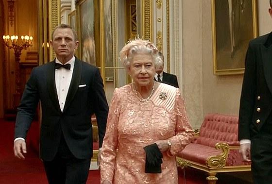 Daniel Craig como el Agente 007 y la Reina Isabel II.  en el clip de apertura ...