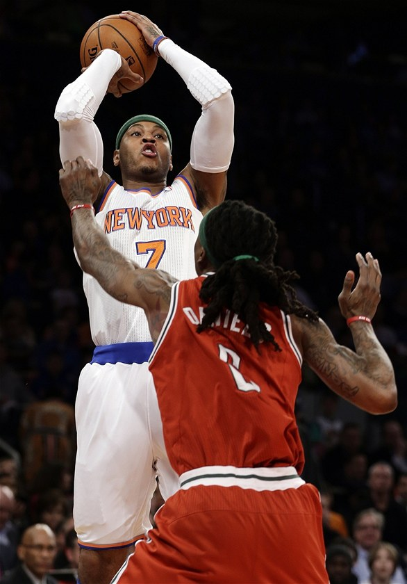 Carmelo Anthony z New York Knicks pálí v utkání proti Milwaukee.