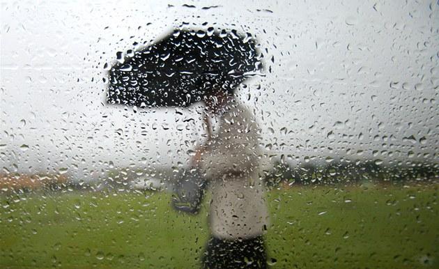 Prahu po dešti zaplavil čpící zápach, mohly za to zapařené louky