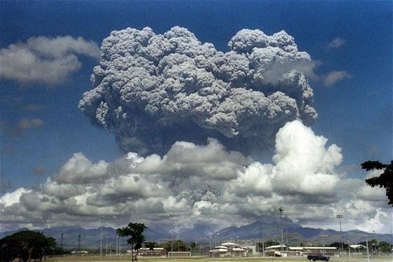 Výbuch filipínského vulkánu Mount Pinatubo v roce 1991 vychrlil do atmosféry 10...