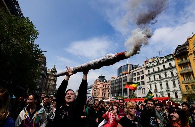 ee24c3b1abd V průvodu za legalizaci marihuany pochodují policisté a zatýkají ...