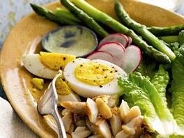 Uzený pstruh s vejcem a chřestem