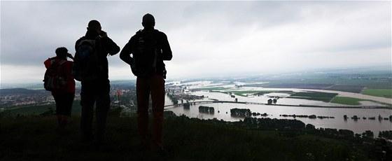 Lidé pozorují následky povodně v roce 2013 z Radobýlu ... 53ad6846a8
