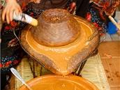 Arganový olej se vyrábí tradičními metodami. Beberské ženy z pasty získávají...