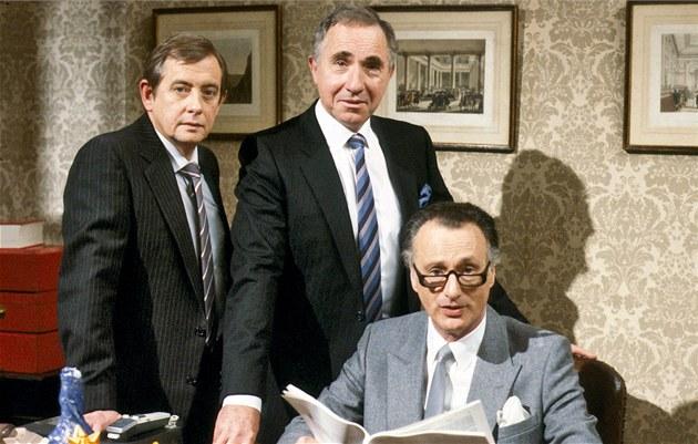 Zemřel herec Derek Fowlds, známý jako tajemník v sérii Jistě, pane ministře