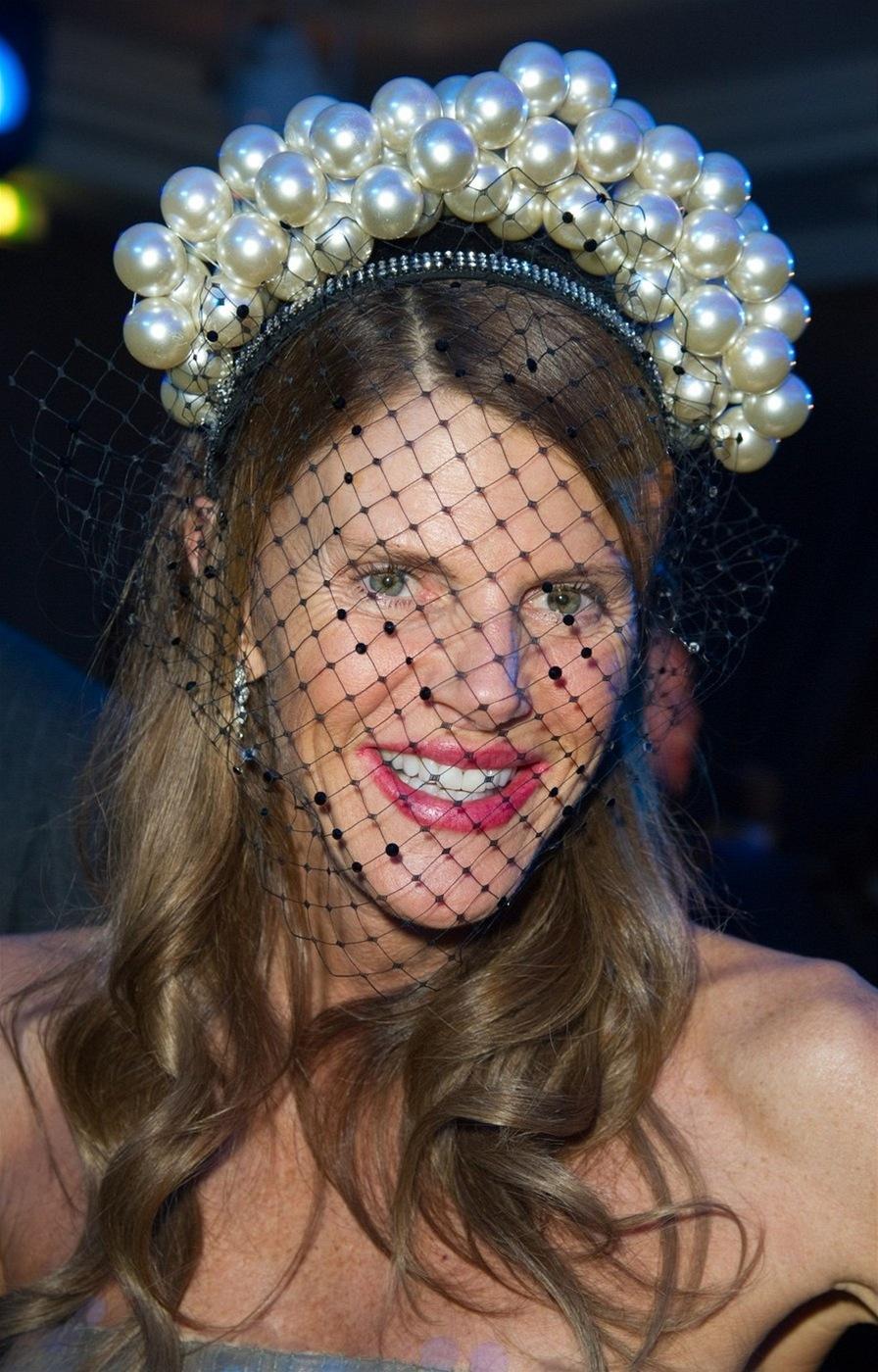 b8d9199cfe8 Fotogalerie  Hlavu může zdobit elegantní účes nebo klobouk. Nosit se dá  skutečně cokoliv