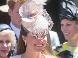 e1e045b6cc4 Nápadné kloboučky a nepřehlédnutelné fascinátory pravidelně nosí ...