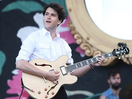 Ezra Koenig z Vampire Weekend na Glastonbury 2013