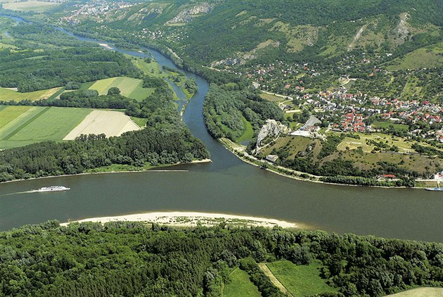 Kanál Dunaj-Odra-Labe? Nejsme schopni stavět ani dálnice, namítl senátor