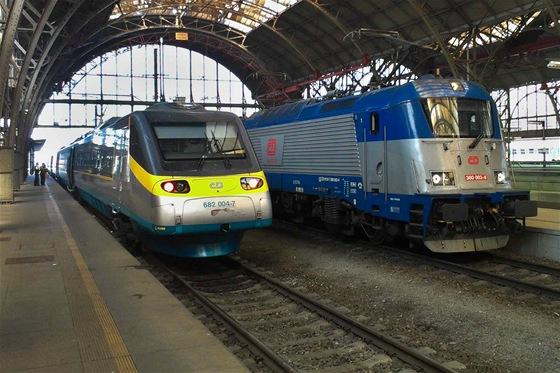 Jednotka Pendolino a lokomotiva Emil Zátopek hravě zvládnou dvoustovku.