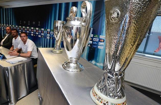 Trofeje pro vítěze Evropské ligy (zprava) 1ff493dc57