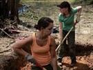 Tým forenzních antropologů pátrá na hřbitově v Marianně po ostatcích v...