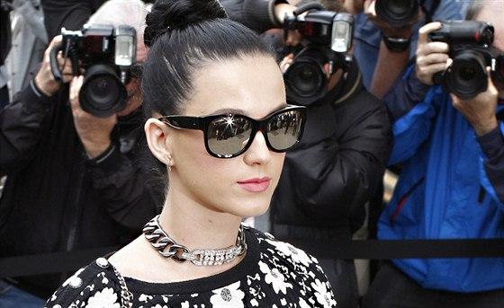 Katy Perry při vystoupení s písní Dark Horse (Grammy 2013).