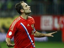 Ruský fotbalista Roman Širokov se raduje z gólu proti Ázerbajdžánu.