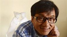 Chtěl bych být v komunistické straně, prohlásil Jackie Chan. Nechceme tě, reagují Číňané na sociální síti