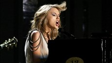 Taylor Swift zpívá píseň All Too Well. (Grammy 2013)
